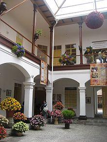 La casa de portal cintiene muchas obras de arte historico